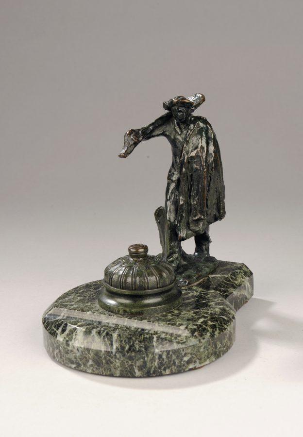 """Jules Dalou (1838-1902), """"Homme à la pelle allant au travail"""", bronze à patine brun vert nuancé, fonte Susse, haut. 16,5 cm. Encrier en marbre vert. sculptures - galerie Tourbillon, Paris"""
