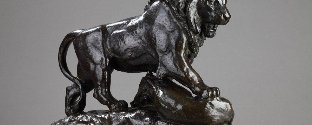 """Antoine-Louis Barye (1796-1875), """"Lion terrassant un sanglier"""", bronze à patine brun nuancé, haut. 38,8 cm - sculptures - Galerie Tourbillon, Paris"""