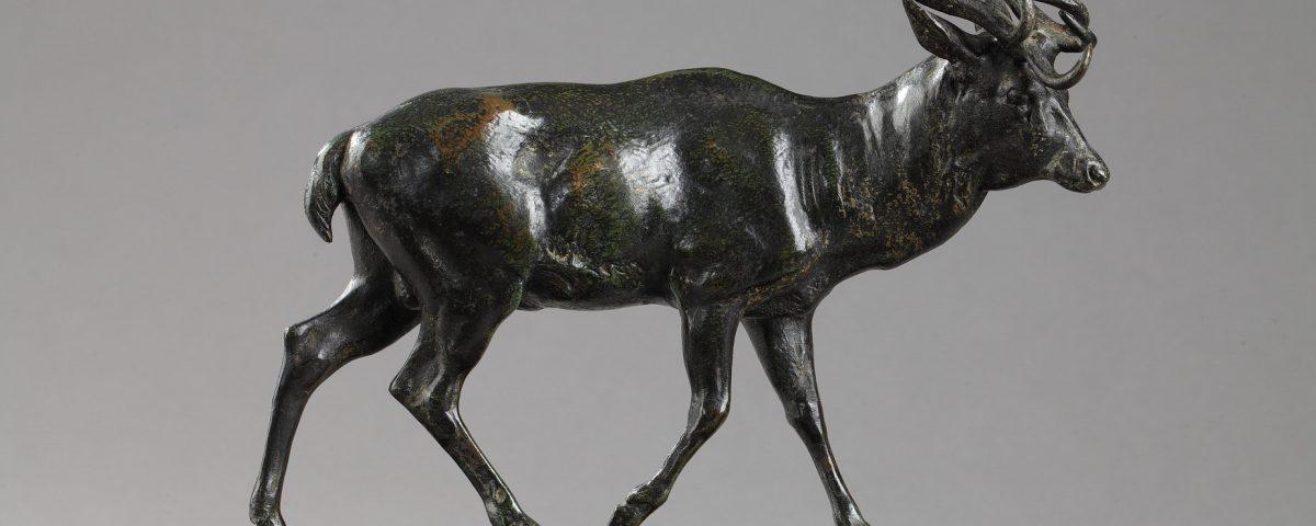 """Antoine-Louis Barye (1796-1875), """"Cerf qui marche"""", bronze à patine vert très nuancé, fonte Barbedienne, Cachet Or, haut. 19 cm - sculptures - galerie Tourbillon, Paris"""