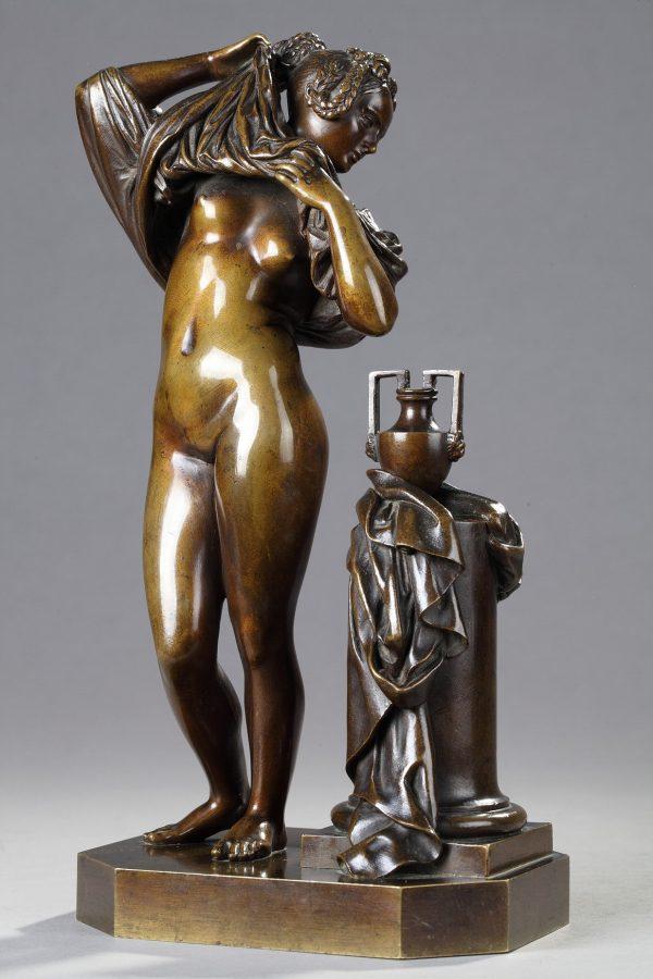 """James Pradier (1790-1852), """"Femme ôtant sa chemise"""", bronze à patine marron très nuancé, fonte Soyer et Inge, haut. 28,5 cm, sculptures - galerie Tourbillon, Paris"""