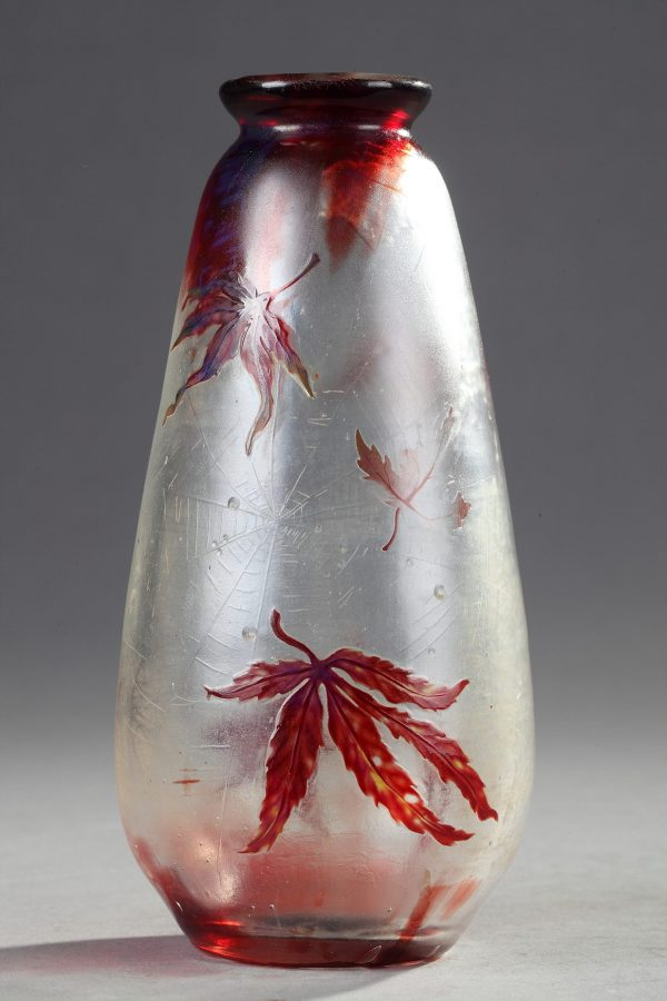 Emile Gallé (1846-1904), Cristallerie, Vase à décor de Feuilles d'érable du Japon et de Toiles d'araignée, haut. 16,5 cm. sculptures, verreries - galerie Tourbillon, Paris