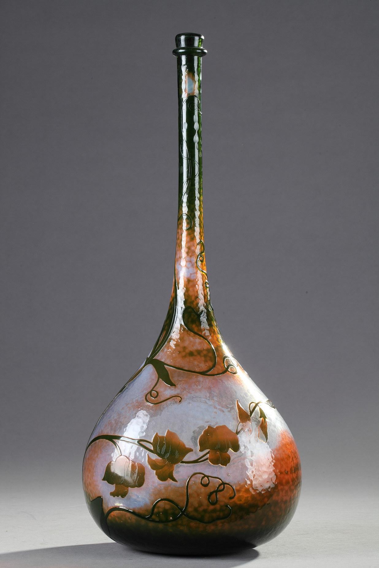 Daum, Vase-bouteille à décor de Pois de senteur, Haut. 41 cm. sculptures, verreries - galerie Tourbillon, Paris