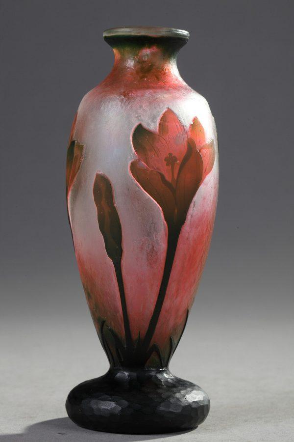 Daum, Vase à décor de Colchiques, Haut. 15,5 cm. sculptures, verreries - galerie Tourbillon, Paris