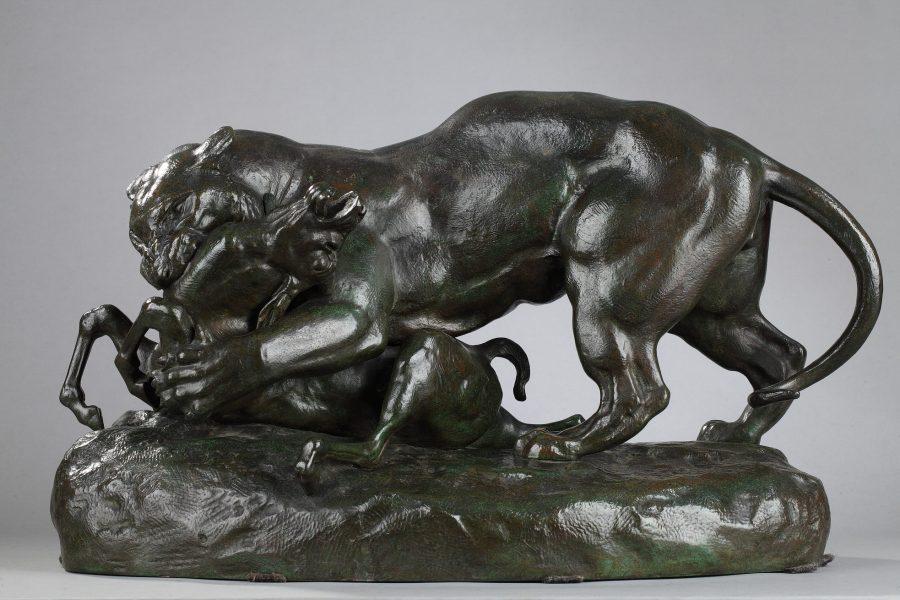 """Antoine-Louis Barye (1796-1875), """"Tigre surprenant une antilope"""", bronze à patine vert marron nuancé, fonte d'atelier Barye, haut. 33 cm, sculptures - galerie Tourbillon, Paris"""