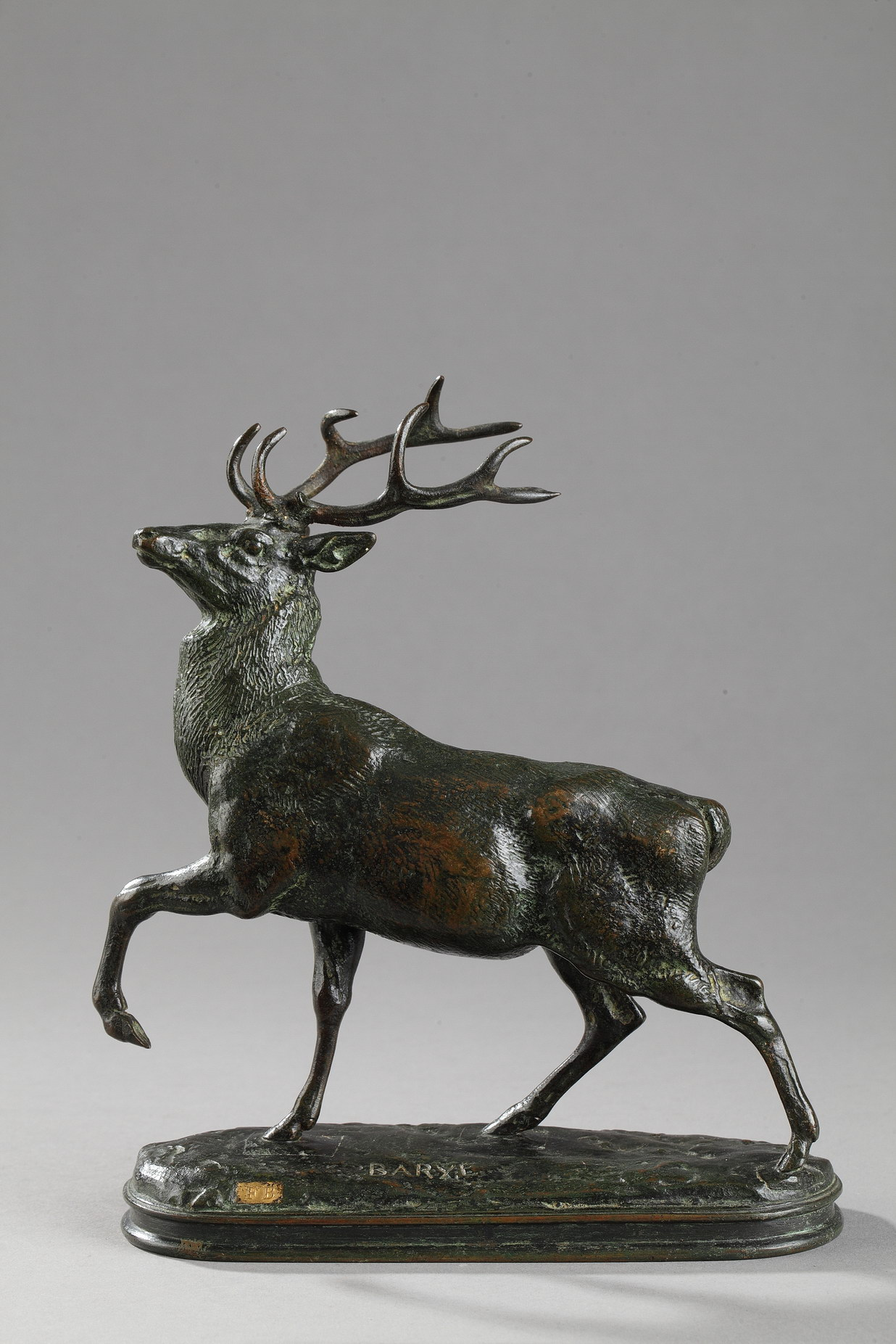 """Antoine-Louis Barye (1796-1875), """"Cerf la jambe levée"""", bronze à patine vert très nuancé, fonte Barbedienne, Cachet Or, haut. 19 cm, sculptures - galerie Tourbillon, Paris"""