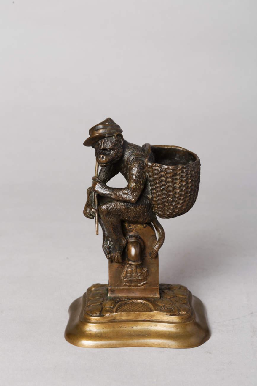 """Christophe Fratin (1801-1864), """"Singe porte-allumettes"""", bronze à patine marron foncé nuancé et modoré, haut. 14,5 cm, sculptures - galerie Tourbillon, Paris"""