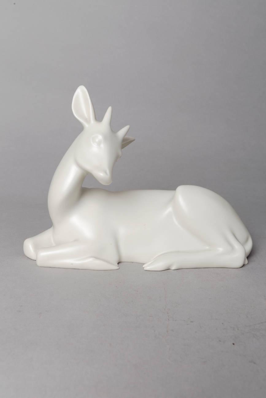"""Armand Petersen (1891-1969), """"Antilope couchée avec cornes"""", Porcelaine tendre mate blanche, Manufacture Bing & Grøndahl, Kjøbenhavn, Danemark, long. 23 cm, sculptures - galerie Tourbillon, Paris"""