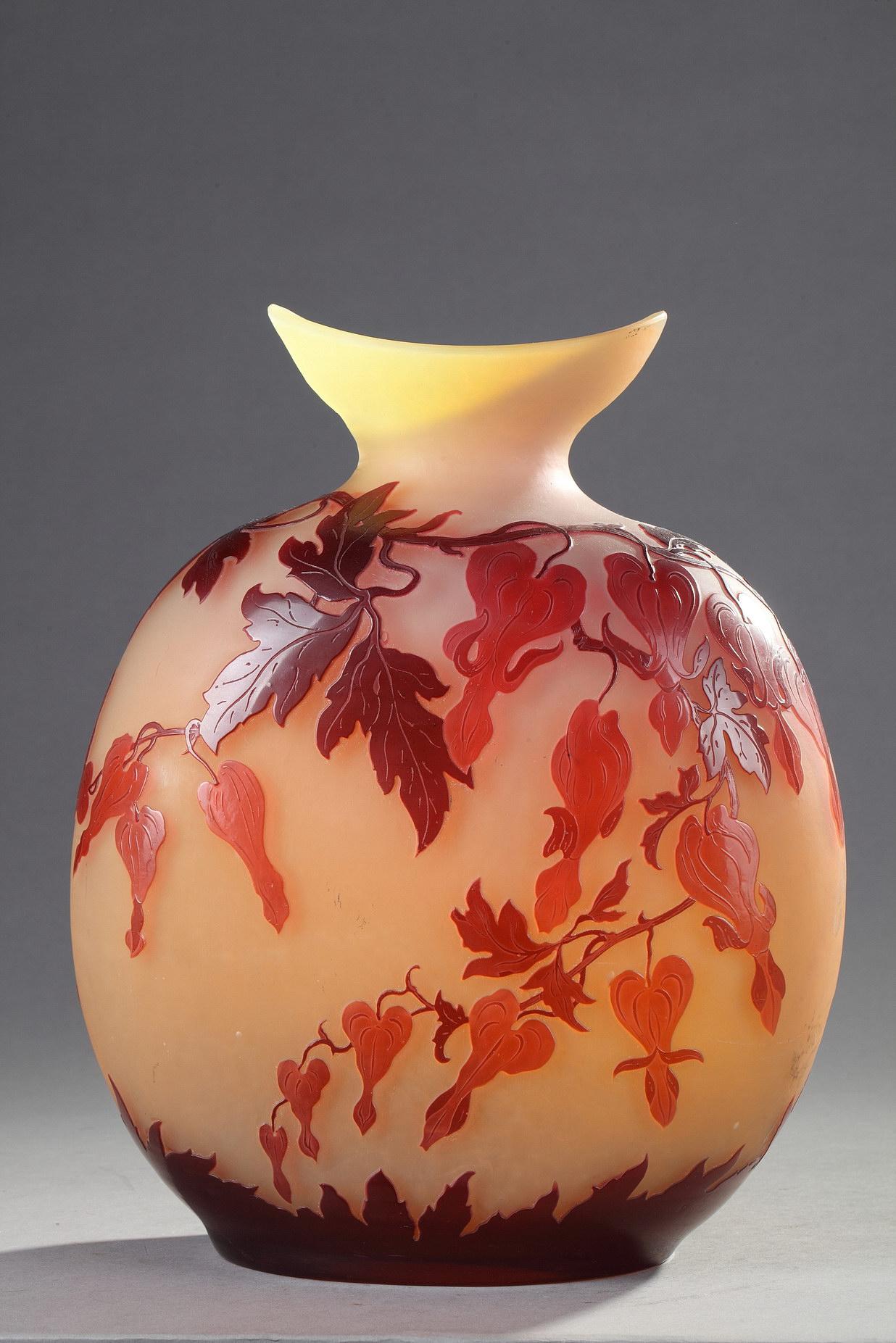 Ets. Gallé, Vase gourde à décor de Coeurs de Marie, Haut. 32 cm. sculptures, verreries - galerie Tourbillon, Paris