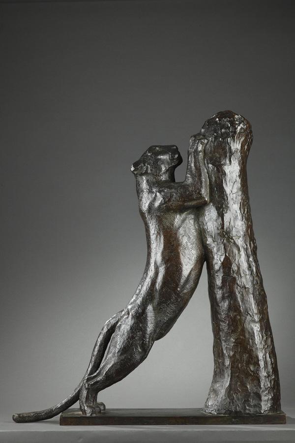 """Georges Guyot (1885-1973), """"Panthère aiguisant ses griffes"""", bronze à patine brun nuancé, fonte Susse, haut. 76,7 cm, sculptures - galerie Tourbillon, Paris"""