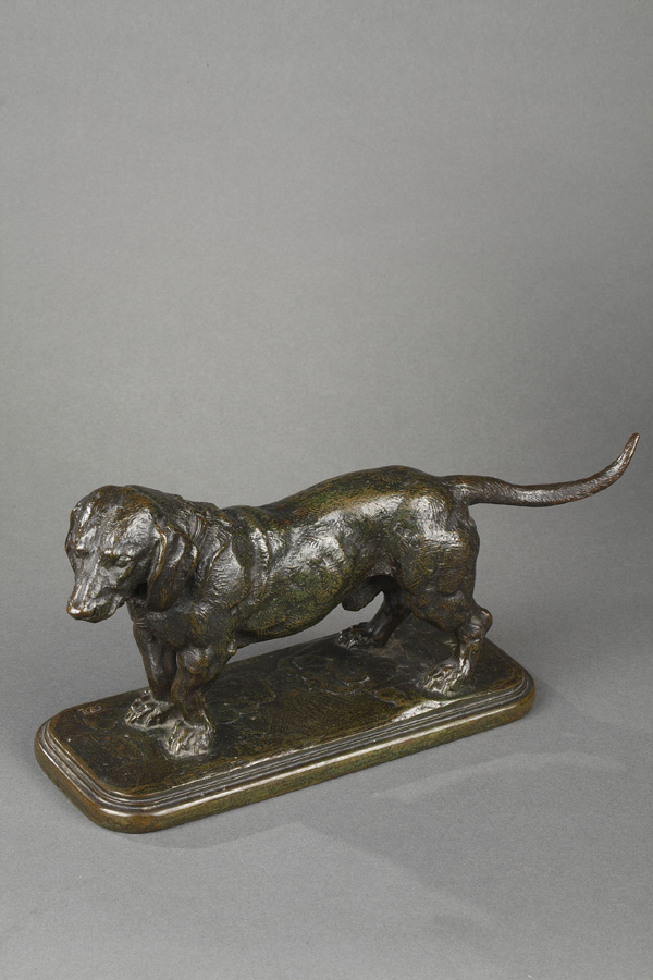 "Antoine-Louis Barye (1796-1875), ""Basset debout"", bronze à patine brun vert nuancé, fonte Barbedienne cachet Or, long. 31 cm, sculptures - galerie Tourbillon, Paris"