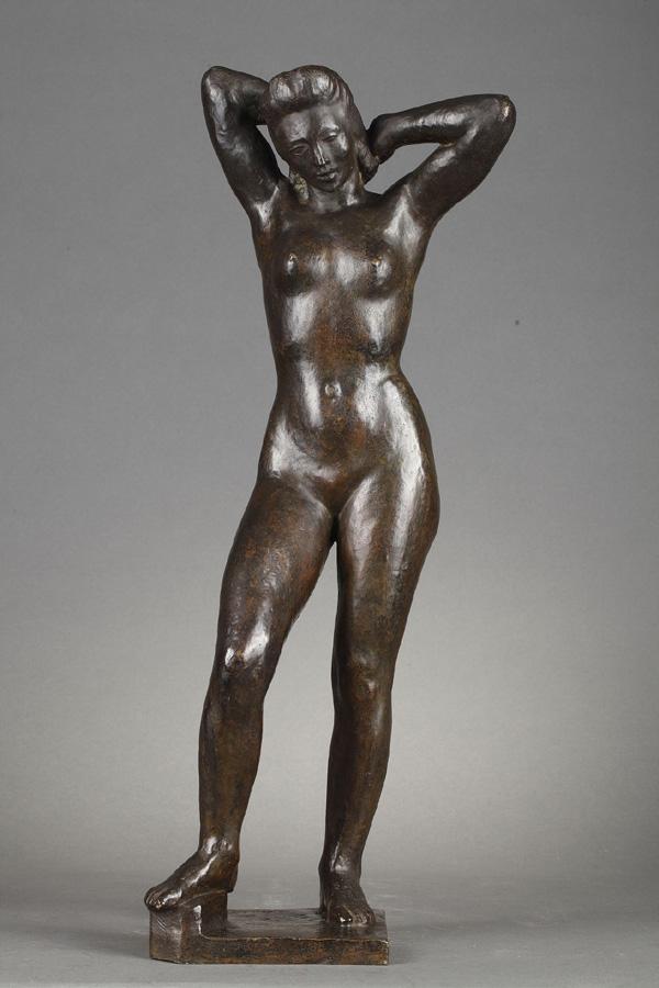 Albert Bouquillon (1908-1997), Femme se coiffant, bronze à patine brun foncé nuancé, fonte Valsuani, haut. 51,2 cm, sculptures - galerie Tourbillon, Paris
